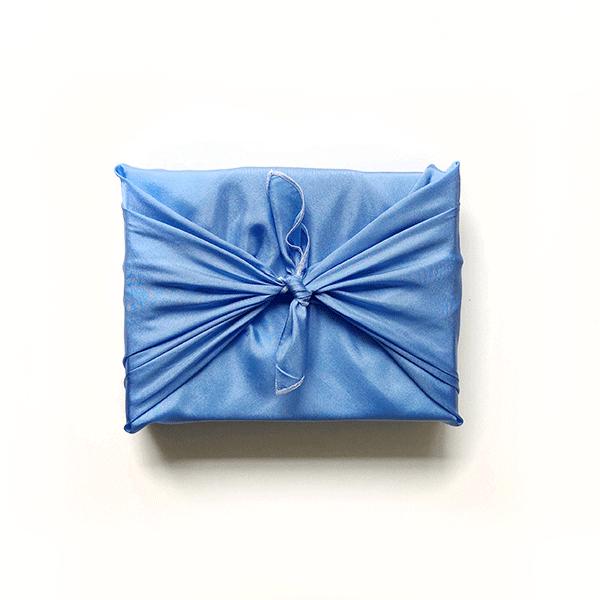 emballage en soie furoshiki bleu ciel