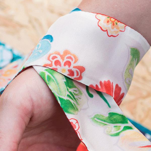 foulard cravate avec motif fleur rouge en soie