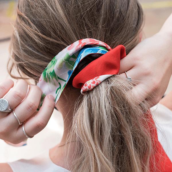 foulard-cravate-soie-fleuri-rouge-cheveux