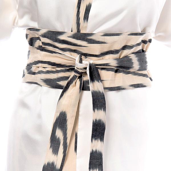 Ceinture obi en ikat de soie sur le kimono