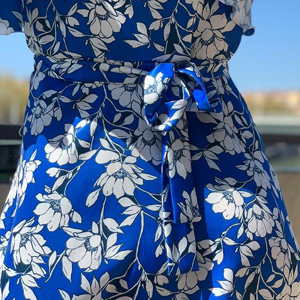 Noeud à nouer dans le dos de la robe portefeuille bleu